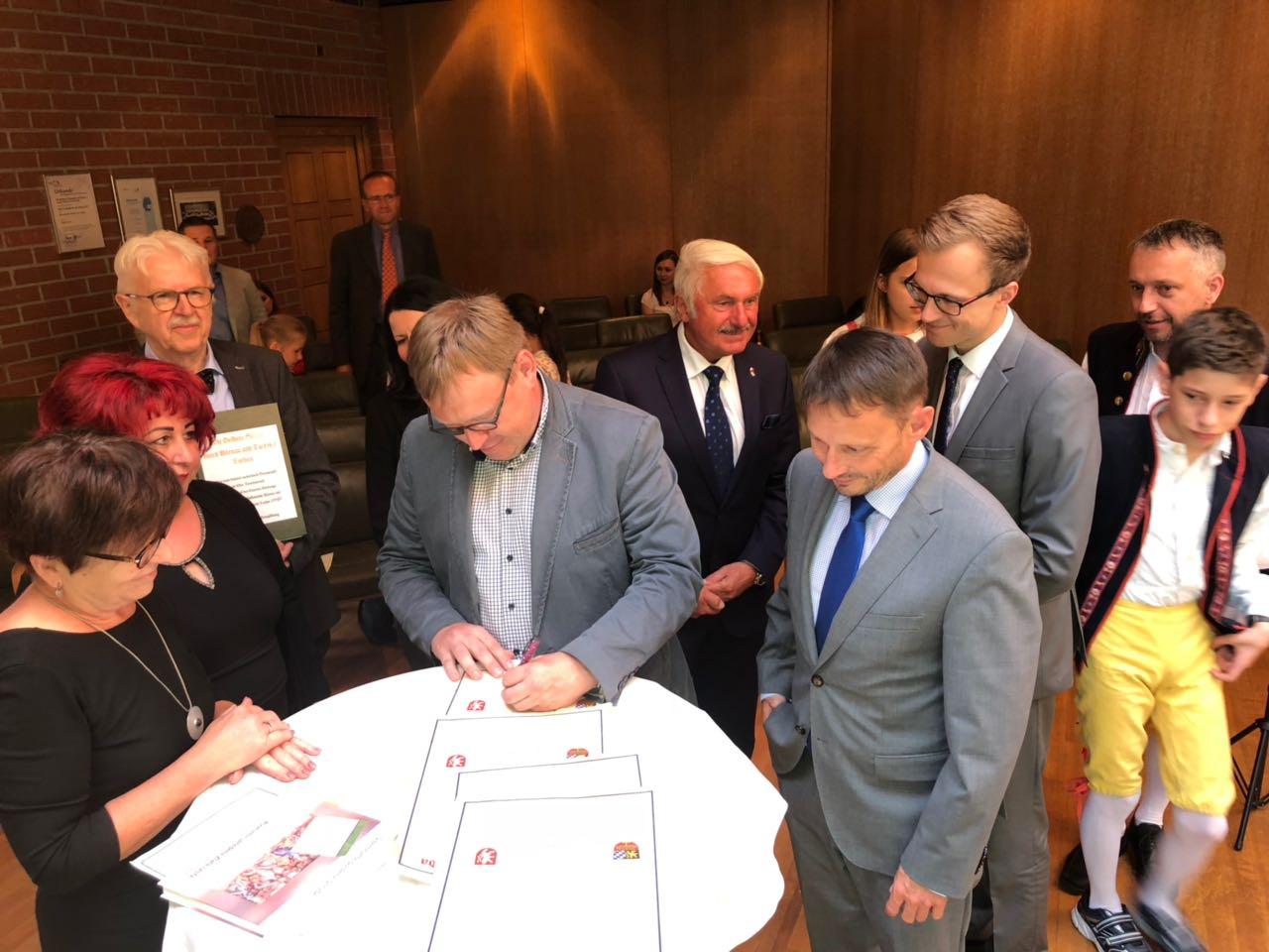 Schulleiter Jan Korvat beim Unterzeichnen der Urkunde