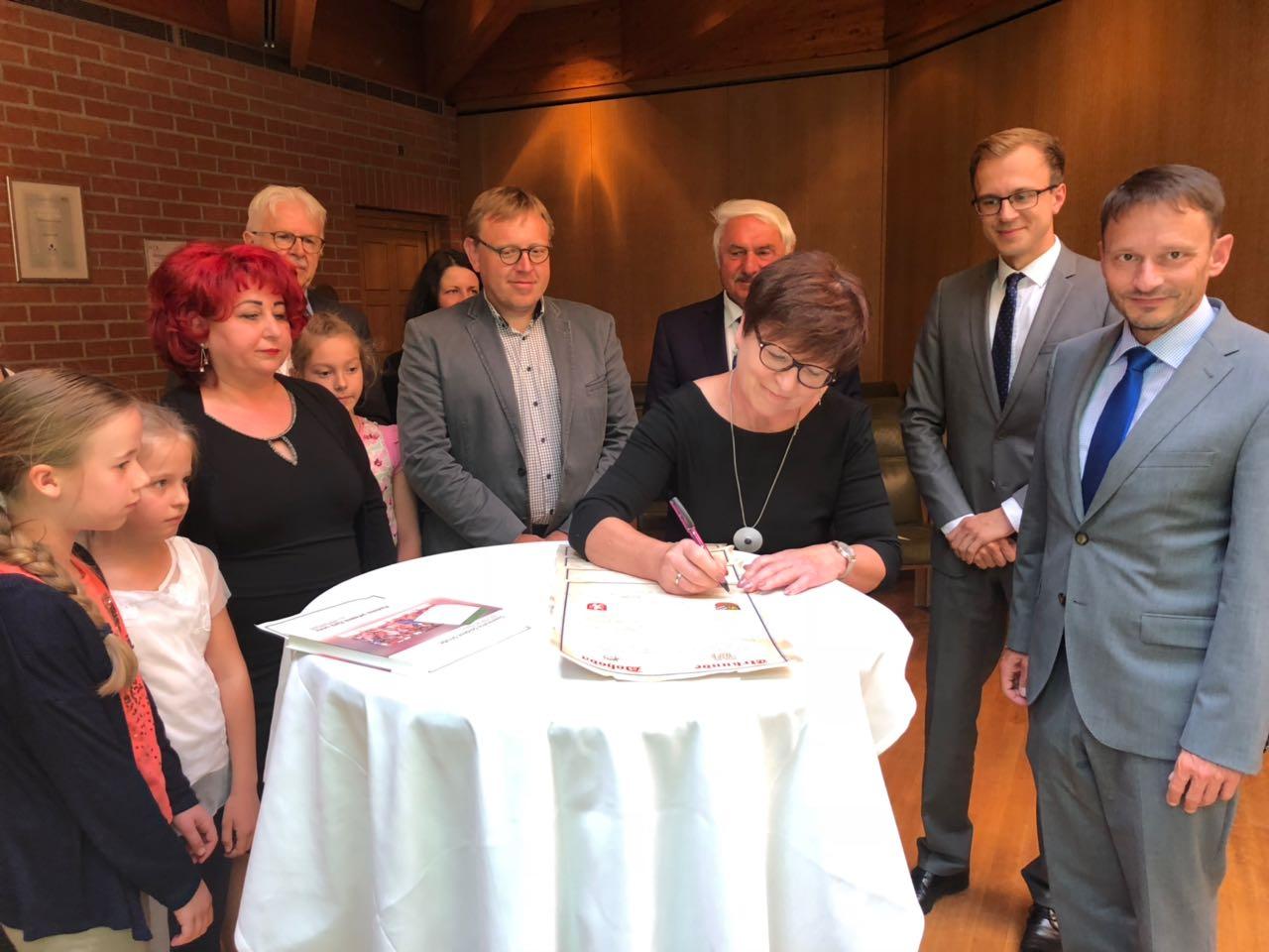 Die Unterschrift wird vollzogen