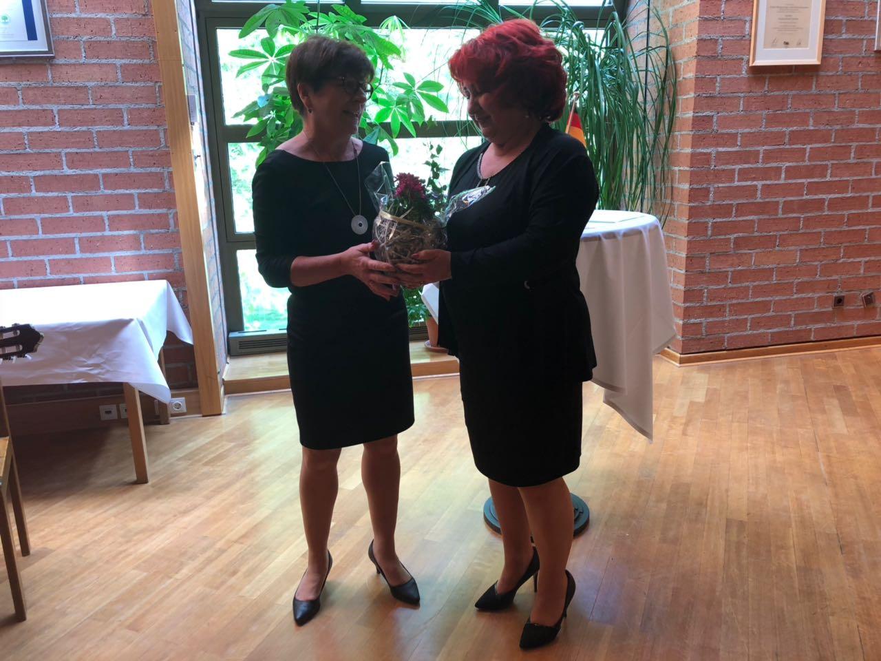 Schulleiterin Silvia Bäumler bedankt sich bei Dana Pflaum für ihre Unterstützungt mler